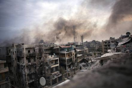 SYR110. ALEPO (SIRIA), 02/10/12.- Vista de varios edificios destruidos hoy, martes 2 de octubre de 2012, en el distrito de Saif al Dawle, en la ciudad de Alepo (Siria). La ciudad septentrional siria de Alepo recibió hoy un duro castigo con los bombardeos por parte de la artillería del régimen sirio, cuyas tropas libraron encarnizados combates con los rebeldes, que también se repitieron en la periferia de Damasco. EFE/MAYSUN