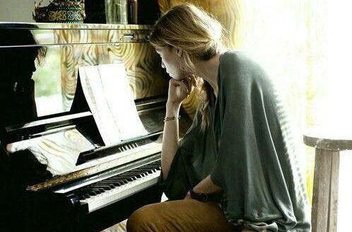 mujer piano.jpg